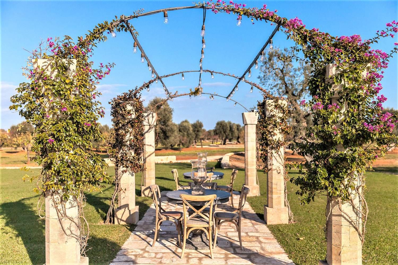 la-residenza-puglia-italy-outdoor-dining-alfresco-canopy