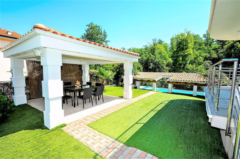 villa-lorena-opatija-croatia-dining-area-backyard